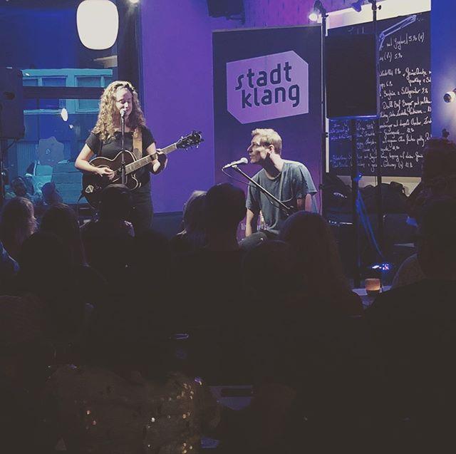 Was ein schönes Wochenende- im Duo mit @tomvincentlinde 💁🏻♀️🙆🏼♂️🎸 🎤  @stadtklang.livemusik @cafebeethovenflingern  #singersongwriter #duo #aintnootherman #live #deutschesingersongwriter #sing #play #singsing #klingkling #keeper #couplegoals 😜