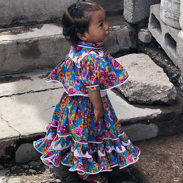 Las mamás Raramuri visten a sus hijas con vestido tradicional desde muy pequeñas. Aparte de querer verse bonitas, quieren que el mundo mestizx sepan que se sienten orgullosas de ser Raramuri. Yasmín, 1 año, luce vestido cosido a mano por su abuelita.