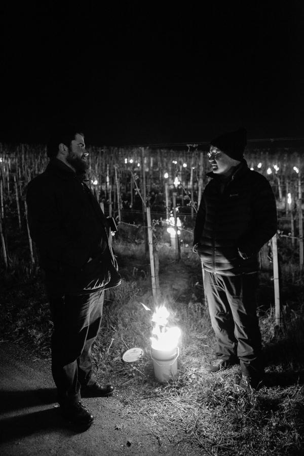 Benjamin Herzog (l.) und Daniel Gantenbein wärmen sich an einer Frostkerze.