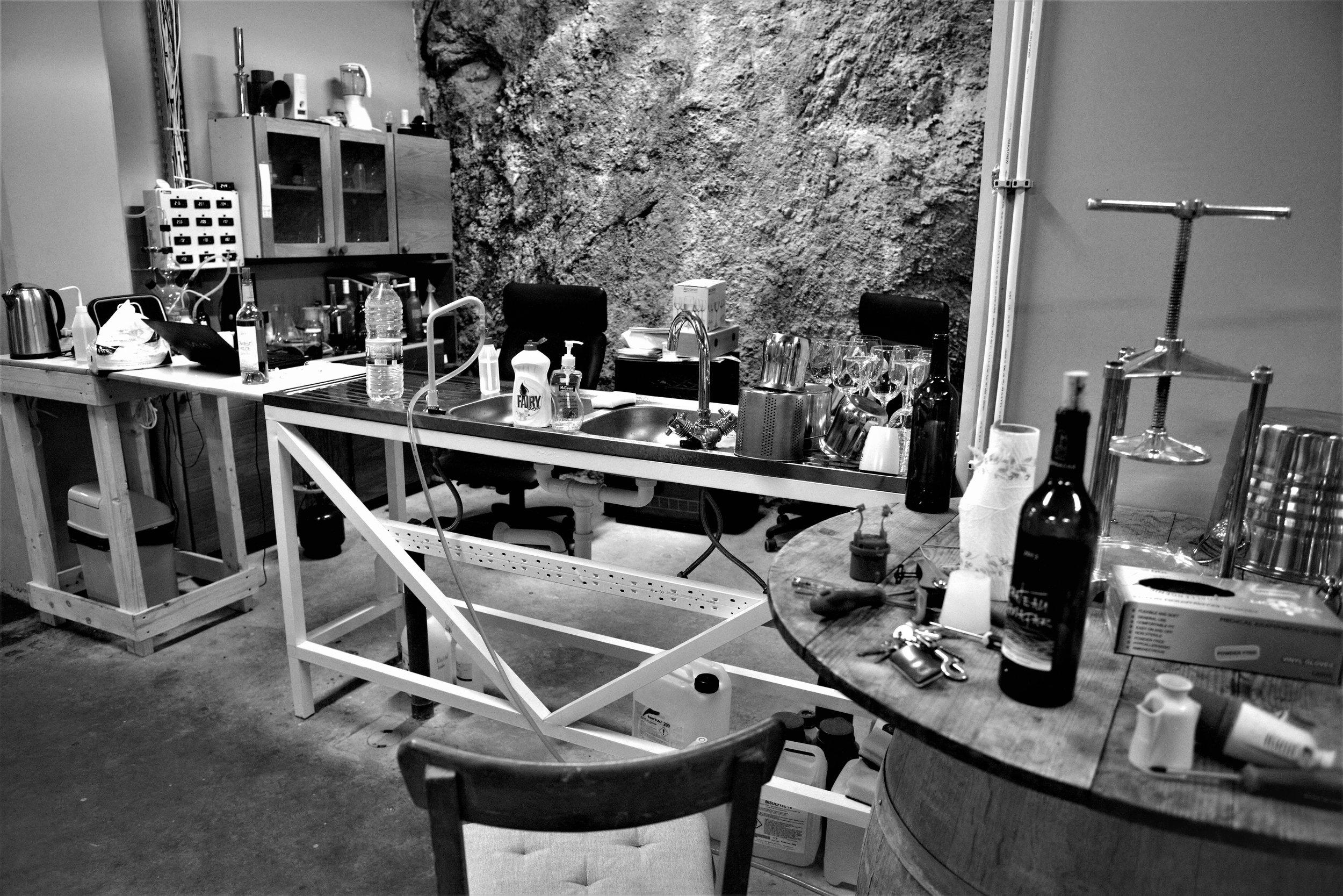 Das Labor für die Analysen der Trauben und des Saftes. (Chateau Qanafar).