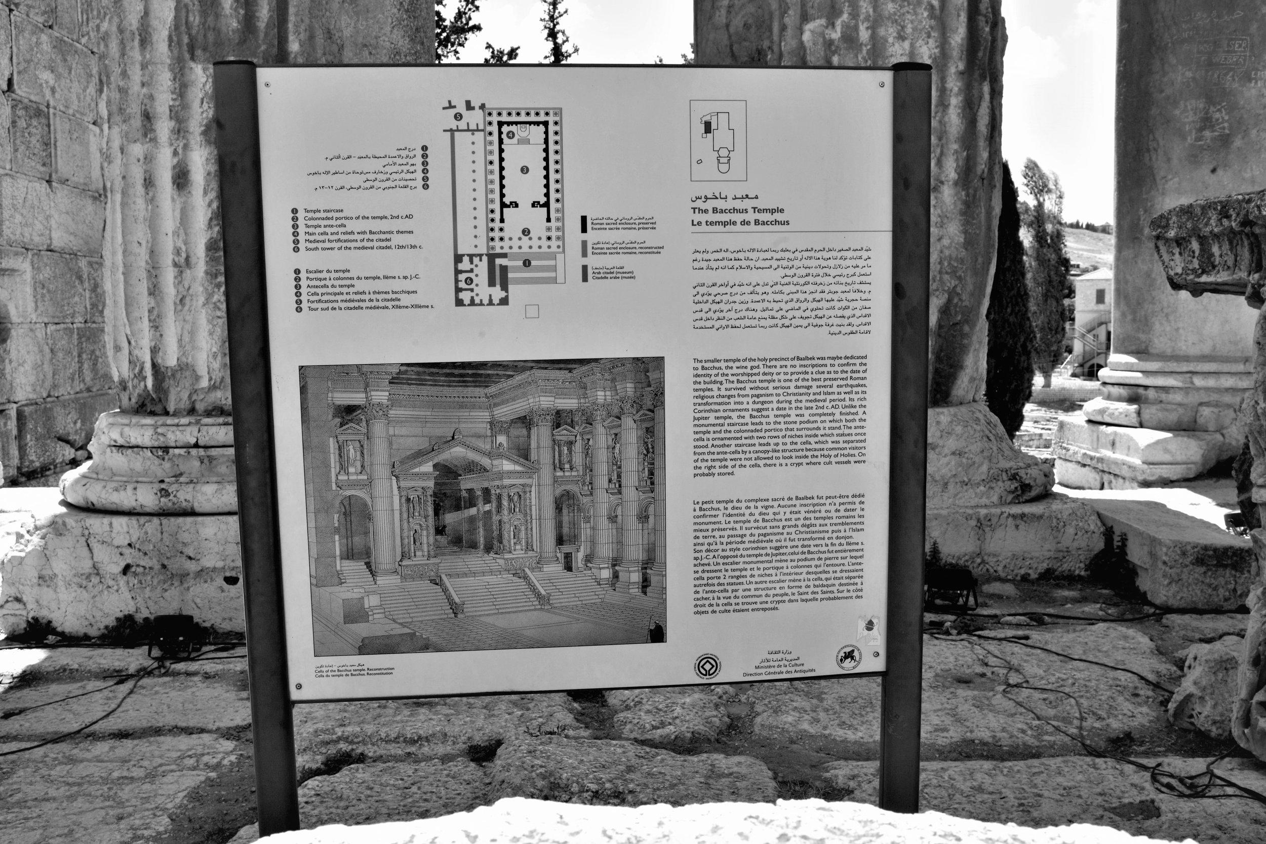Hinweisschild neben dem Bacchus Tempel Balbeek.