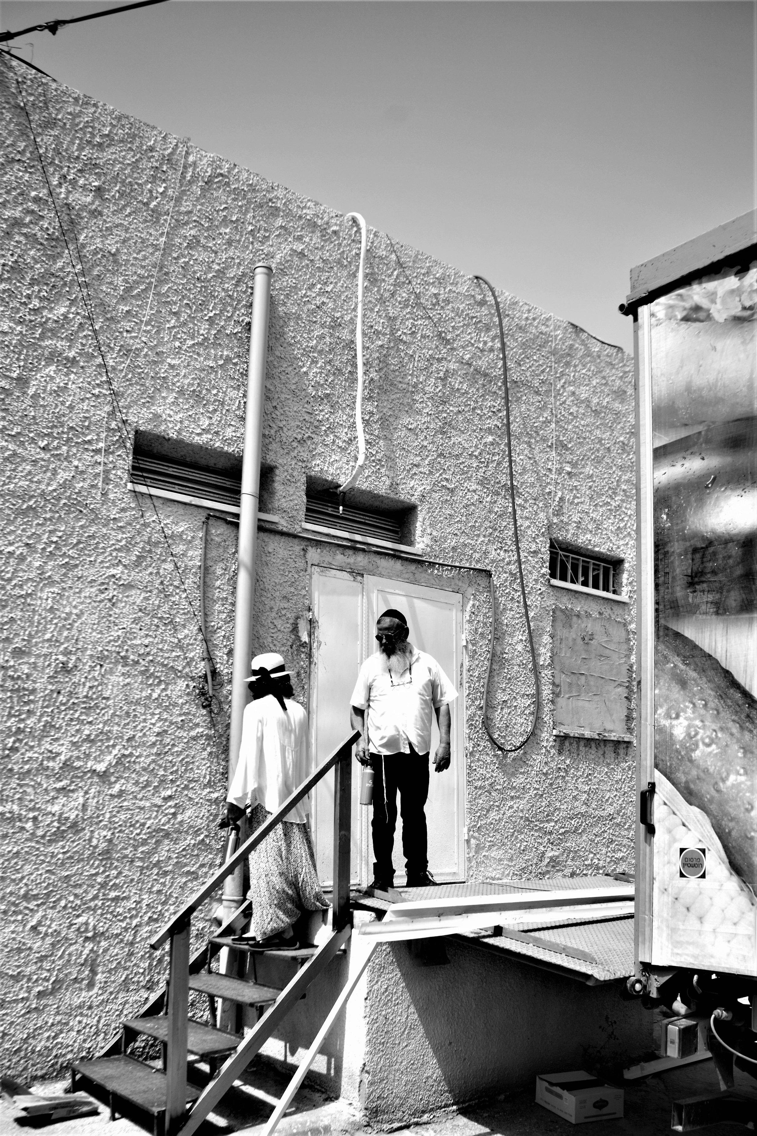 Orit und Moshe Kimche vor dem Eingang zur kleinen Kellerei Lubavitch.