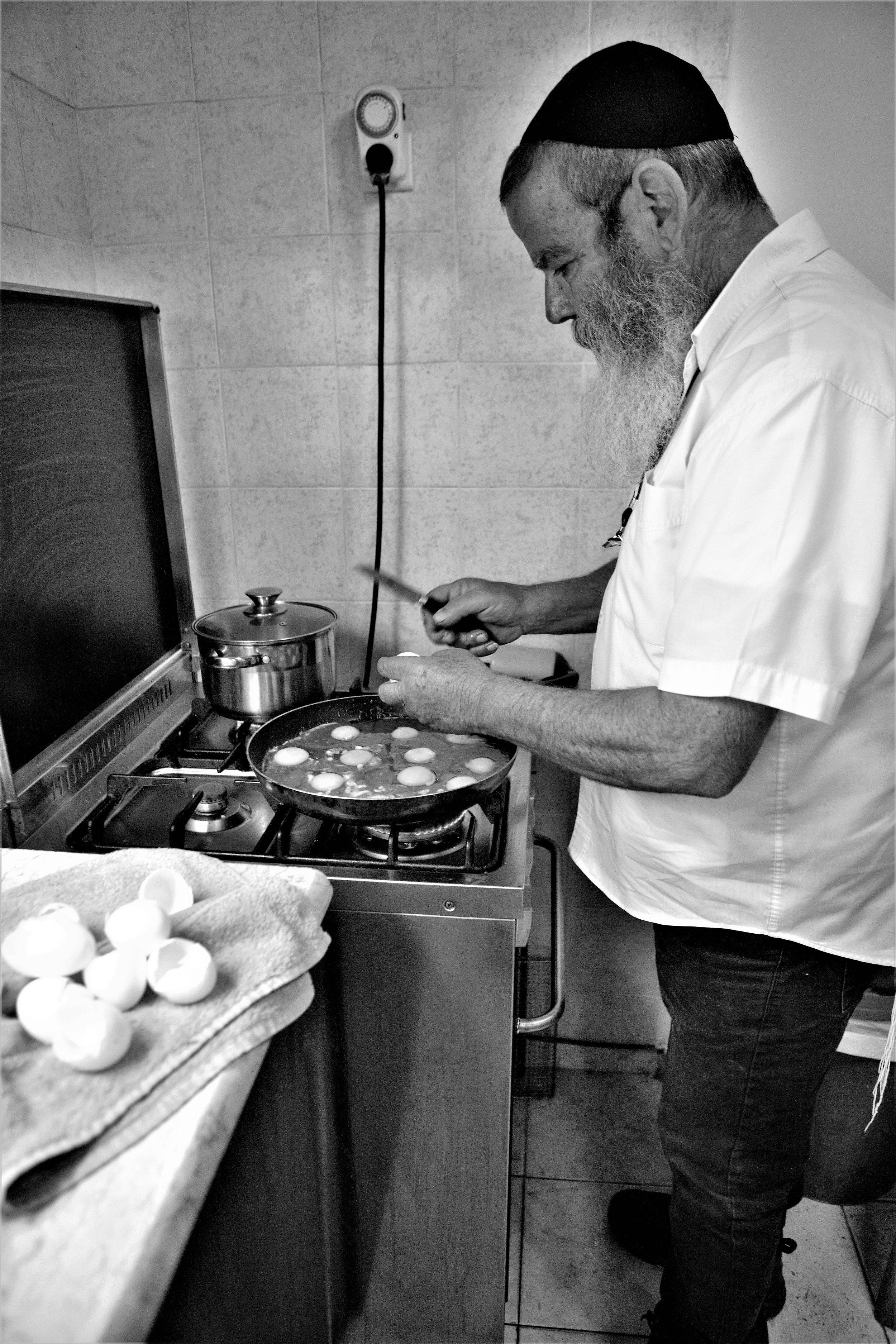 Koch, Winzer und Siedler: Der einstige Koch Moshe Kimche ist stolz Weinmacher im Westjordanland zu sein.