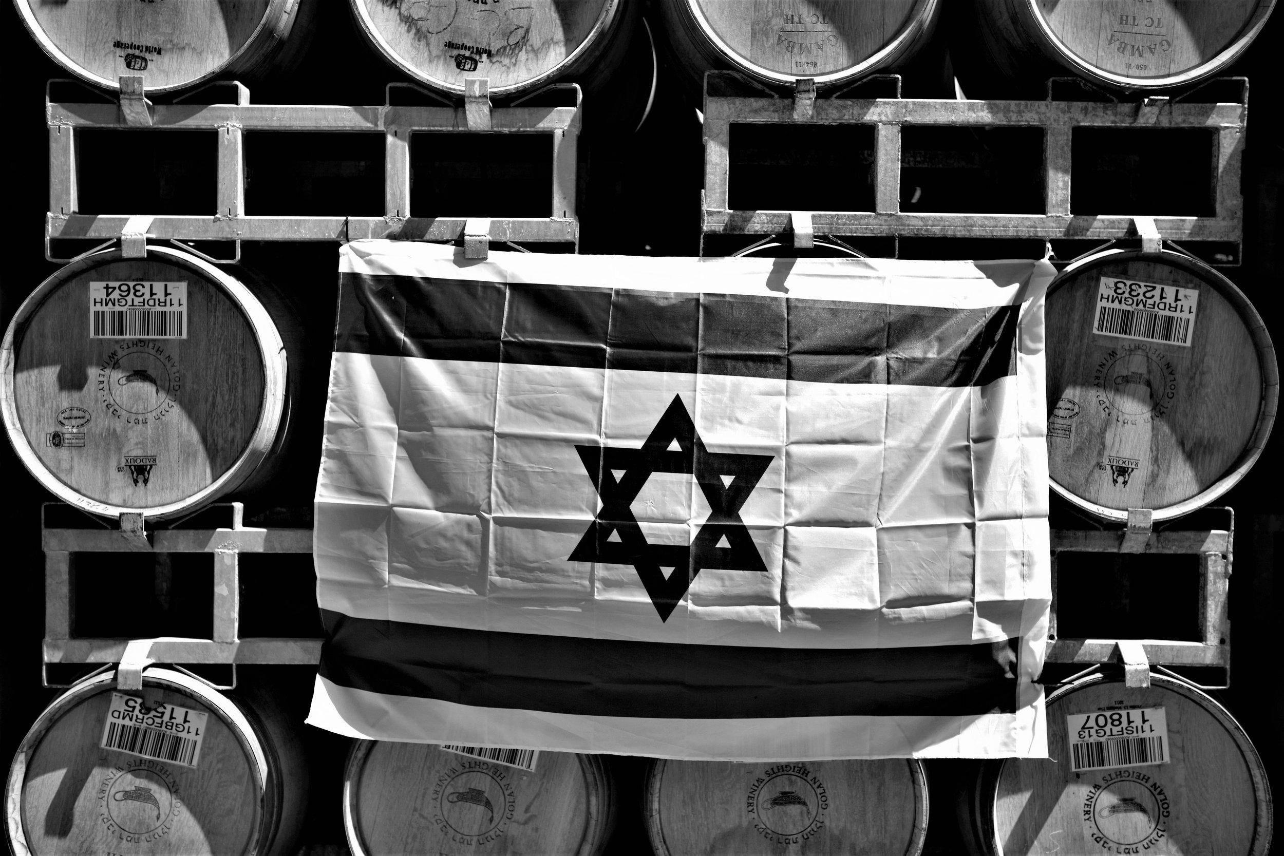 Israelfahne an Barriquefässern der Golan Heights Winery.
