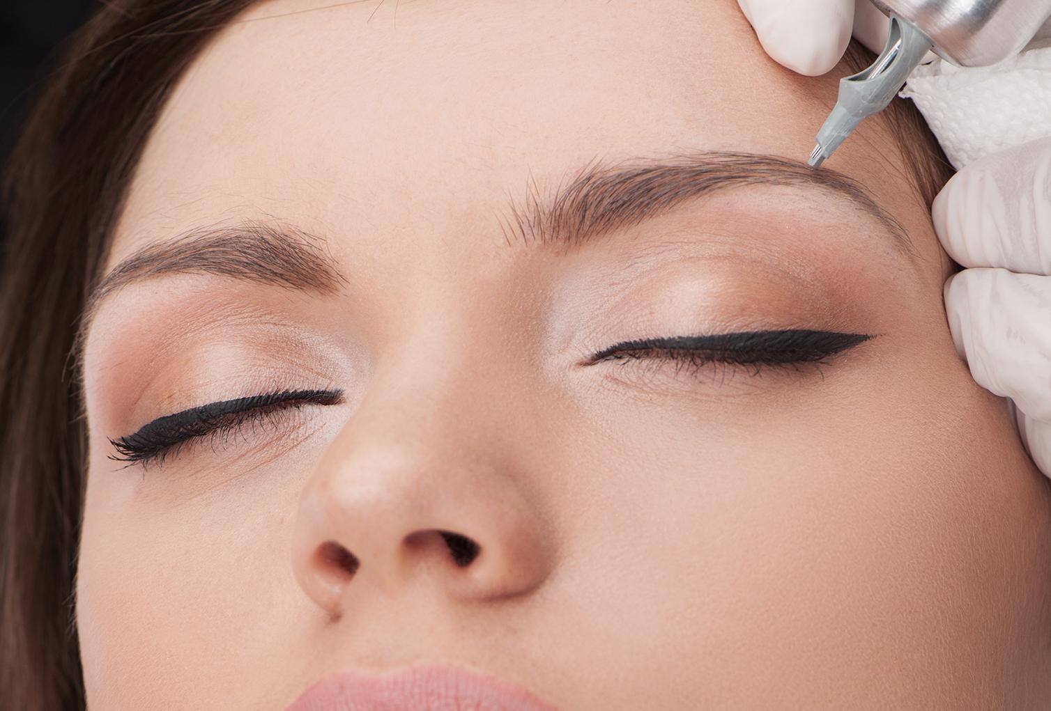 Maquillaje Permanente - Es una de las técnicas más antiguas en el campo de la micropigmentación. Se utiliza un instrumento llamado dermógrafo el cual deposita color entre la primera y segunda capa de piel, dando la impresión de una ceja definida y maquillada.Después del tatuaje, esta técnica es la más duradera que existe. Es excelente para personas alérgicas al maquillaje, personas con piel grasa o con sudoración excesiva, personas sin vellos y/o personas no diestras en maquillaje.No es necesario rasurar la ceja para realizar este procedimiento.Costo: $400.00