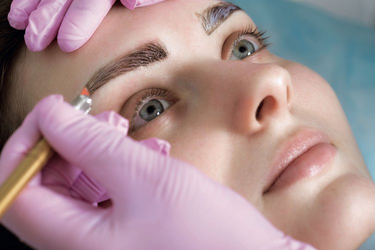 Microblading - Microblading es una nueva técnica dentro de la industria de la belleza del maquillaje permanente que consiste en la creación de diseño vello a vello de las cejas, lo que refleja un aspecto mucho más natural al rostro.Este procedimiento se realiza con una pluma de metal y una aguja que logra un diseño 3D, depositando pigmento en la epidermis. Microblading tiene una duración de seis meses a dos años, dependiendo del tipo de piel y cuidado que se le dé al trabajo realizado.Este procedimiento no se recomienda para personas con maquillaje permanente previo, cejas sin vellos o cejas muy abundantes o muy oscuras.Costo: $500.00