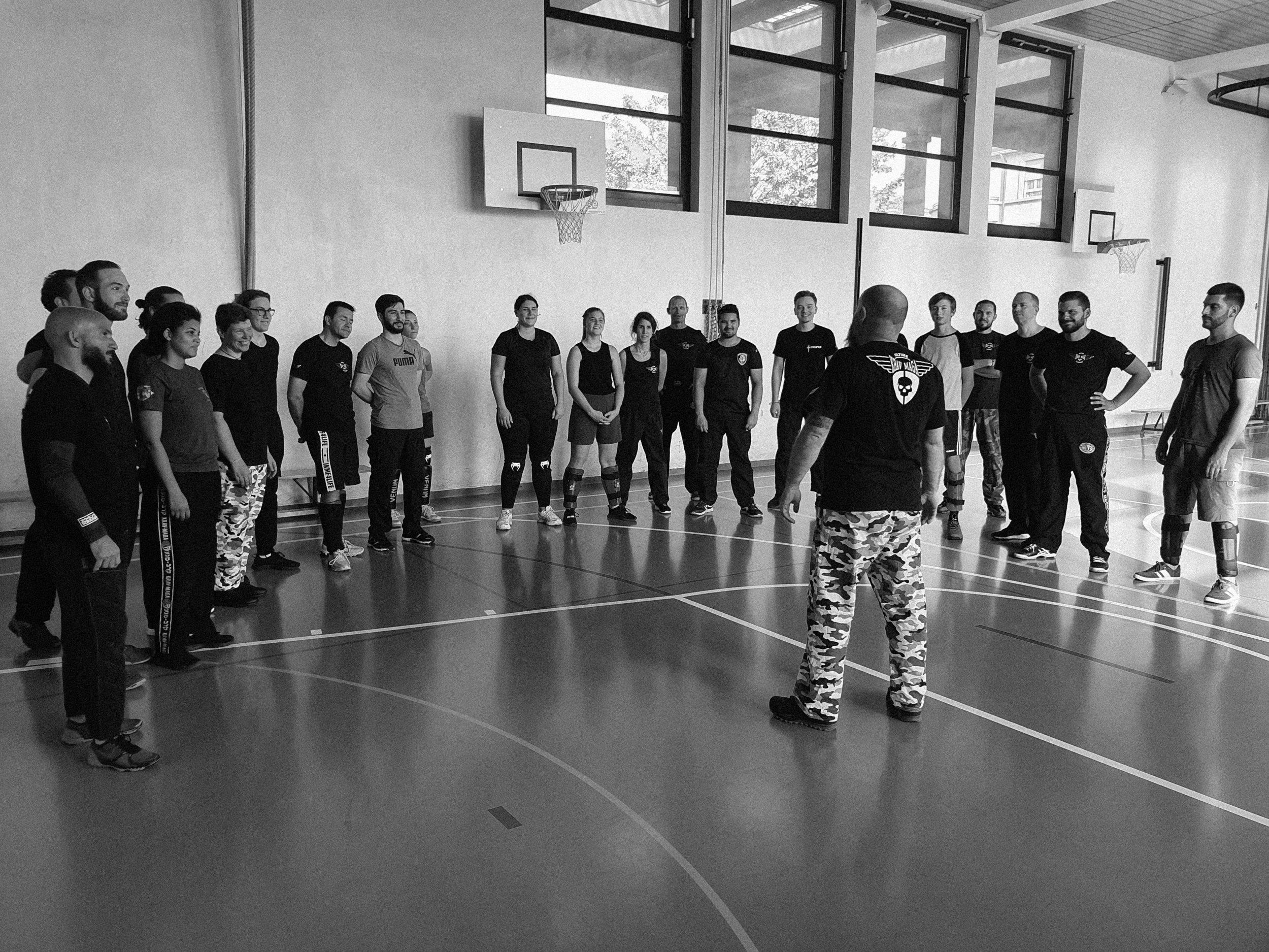 Cours collectifs de Krav Maga Ultime - Durée: 1h30 à 2hCalories: 800 calories/heureInstructeurs: Instructeur Chef / Team d'instruction
