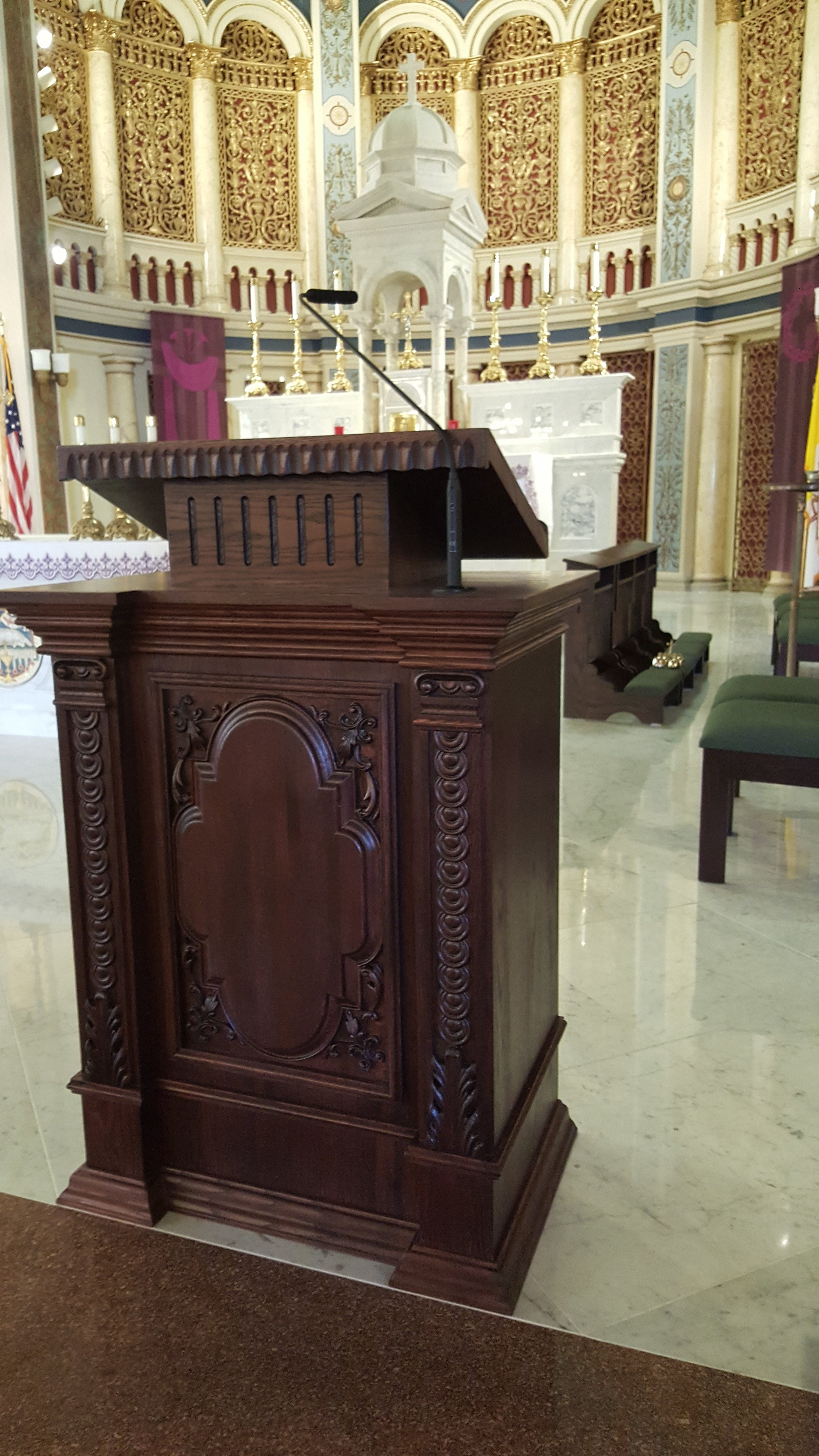 An Audio-Technica ES915ML mounted on a pulpit