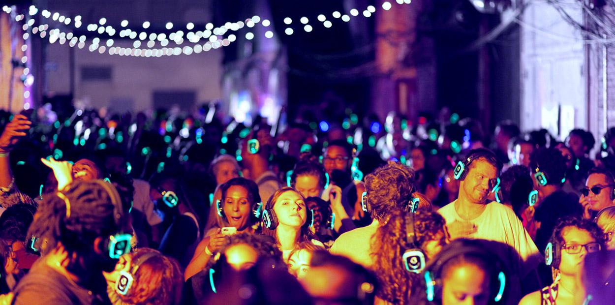 SILENT DISCO   Colócate tus auriculares bluetooth, y elige en la batalla de DJ´s quién te mete más el ritmo en el cuerpo. La mejor música urbana, en un formato de discoteca silenciosa, para que sólo tengas que bailar, y bailar...