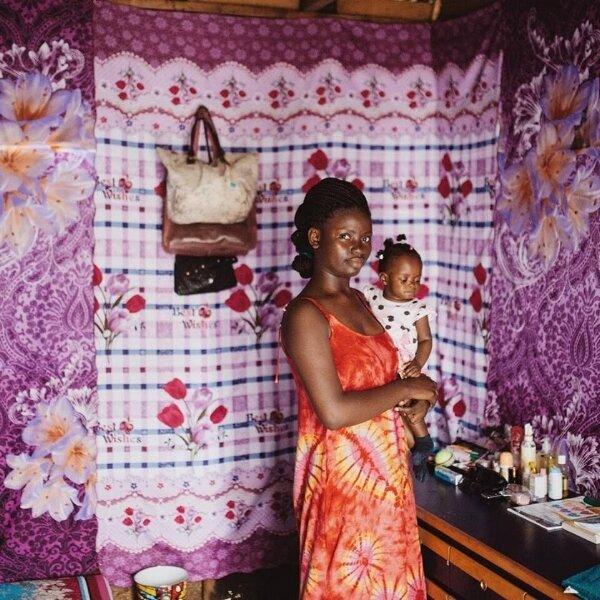 DEBORAH - Deborah est une jeune mère qui a perdu sa mère, son père et sa belle-mère avant d'atteindre l'adolescence. Après avoir donné naissance à son deuxième enfant hors de la prostitution, elle est venue à Mwana pour abandonner son enfant mal nourri, ne voyant aucune autre option de survie pour sa fille. Mais Mwana les a reçues toutes les deux et a pris soin d'elles le temps de reprendre leur force, de guérir physiquement et émotionnellement.Tandis que Deborah s'efforce de subvenir à ses besoins et à ceux de ses enfants par des moyens dignes, elle a pourtant l'espoir d'être un jour réunie avec sa fille, qui demeure aux soins de Mwana. Elle est en cours de formation au sein du Refuge Mwana et prend soin de sa fille, et elles espèrent vivre de manière autonome dans les mois à venir.