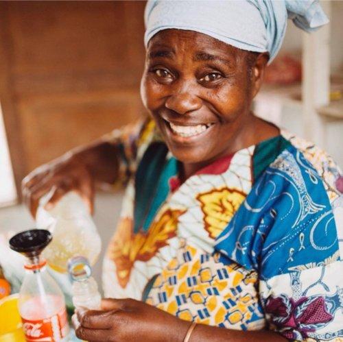 maman pauline - Maman Pauline est une veuve qui a tenté de subvenir aux besoins de sa mère âgée à l'aide de divers produits qu'elle vendait sur une table délabrée à l'extérieur de leur maison. Elles se démenaient pour avoir assez à manger; l'espoir s'amenuisait.Avec l'aide de Mercy Ships, Mwana a pu équiper le nouveau magasin permanent de Pauline au moyen de rénovations et de matériel de démarrage. Elle est maintenant capable de subvenir à ses propres besoins et à ceux de sa mère grâce à un revenu plus sûr et plus prévisible avec un travail digne.