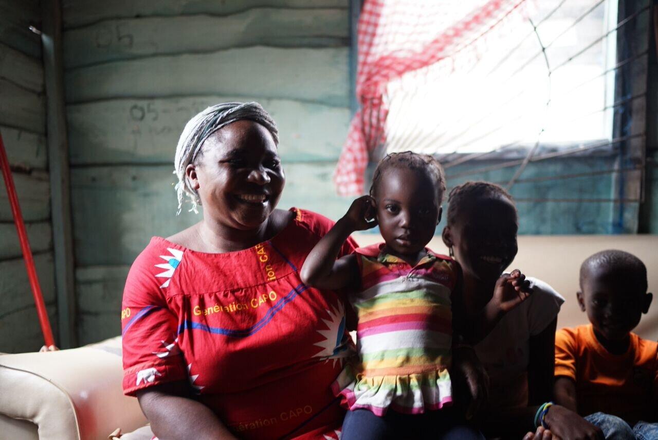 henriette - Henriette a été emprisonnée parce que son mari ne pouvait pas rembourser une dette foncière. Elle laissait derrière elle cinq enfants, le plus jeune n'ayant que deux mois. Pendant tout le temps qu'elle a été emprisonnée, elle ne pouvait que se demander ce qui était advenu de sa fille. Alors, quand elle fut libérée de prison, elle pleura des larmes de joie en voyant à quel point Refuge Mwana s'était bien occupé de Celia.Après sa sortie de prison, son mari avait abandonné toute sa famille. Déterminée à subvenir à ses besoins et à ceux de ses enfants, Henriette et ses enfants ont travaillé ensemble pour vendre divers articles à l'extérieur de leur maison. Mwana a fourni des microprêts, une formation en gestion des affaires et des soins de santé à la famille afin qu'ils puissent évoluer vers un avenir plus stable.Celia, la fille d'Henriette, a récemment été réunie avec sa mère et ses frères et sœurs, et elle entretient des contacts réguliers avec la famille Mwana.