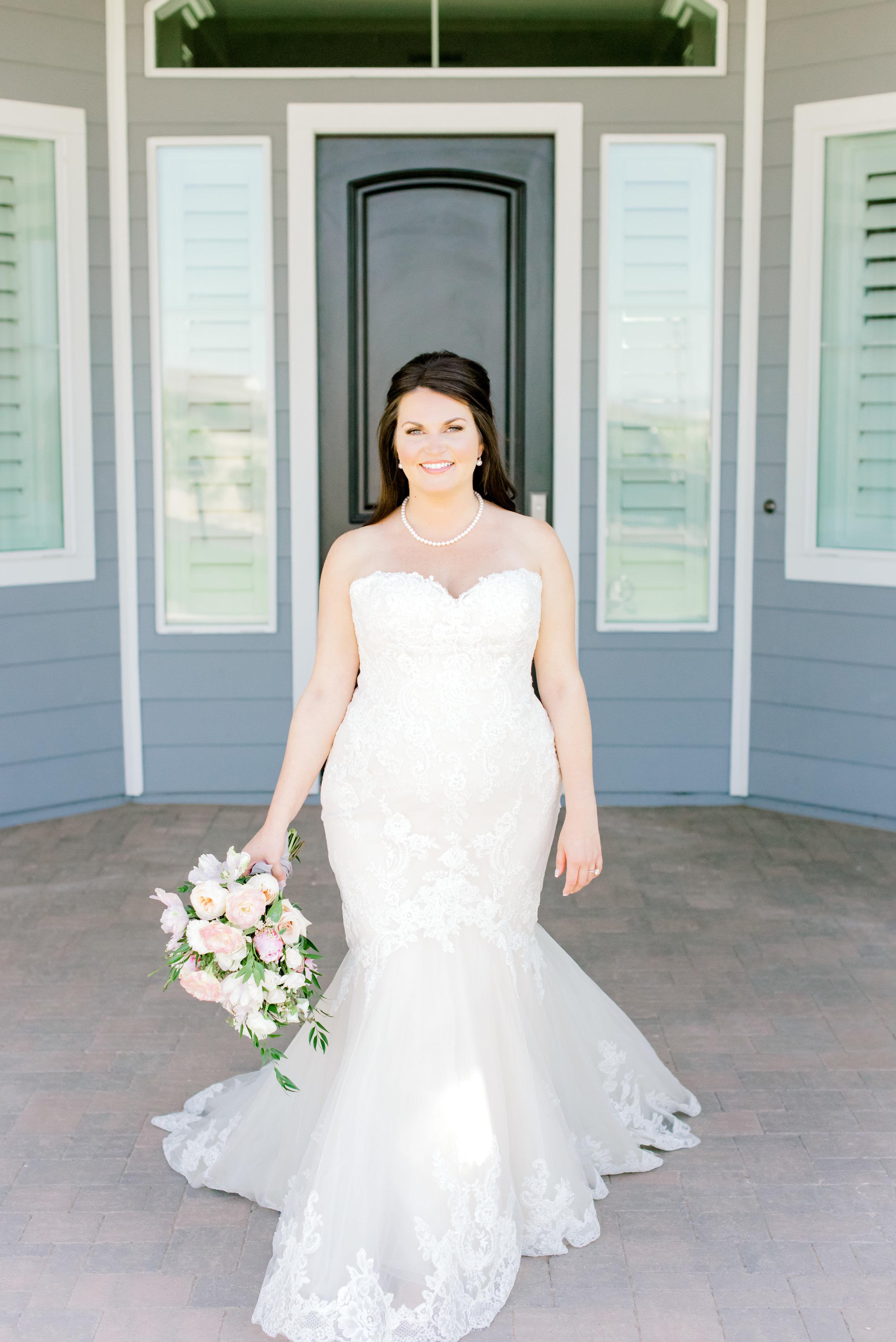 Blush and white backyard wedding - Bridal Portraits