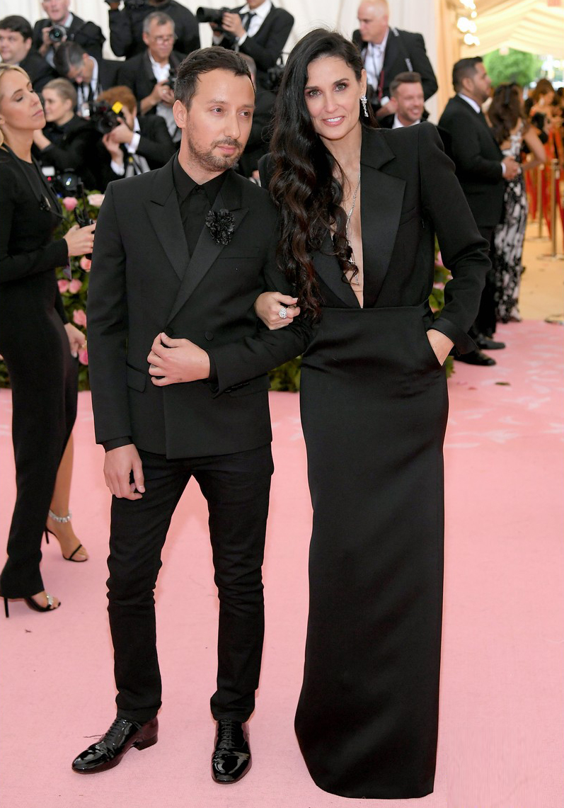 Anthony Vaccarello y Demi Moore
