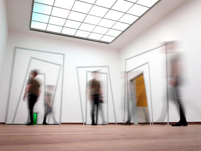 Kunst som redskab - Vores redskaber er kunst, udstillinger, performance, workshops og kunstorienterede events.Med dem søger vi at redefinere byens tomme rum.