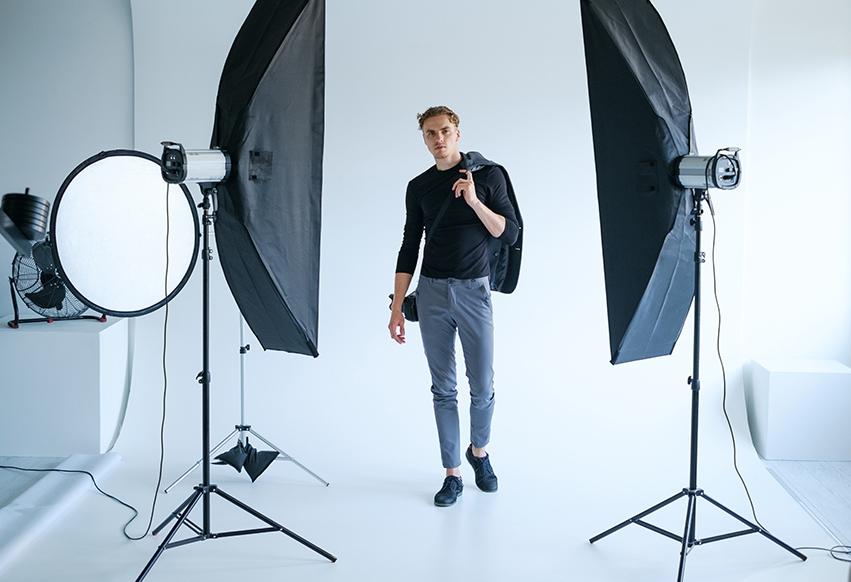 Porträttfotografering - Vi har lång erfarenhet av porträttfotografering och hos oss kan du välja att fotas av vår fotograf i vår fotostudio i Stockholm, hemma hos dig eller utomhus i naturen.Vi erbjuder alla typer av porträttfotografering från babyfoto, familjefotografering och studentfoto till bilder för ditt CV eller till Sociala Medier som Facebook och Linkedin. Du väljer stilen och vi ordnar professionella porträtt!