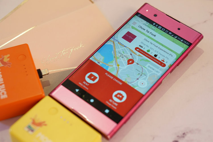 MobiJuce 有限公司創辦人及首席執行總監黃靖葦說:「我們很高興MobiJuce™用戶社群伸展至時尚珠寶業界。利用MobiJuce™應用程式,在未抵達實體店舖以先,年輕和喜愛數碼生活方式的消費者會從手機上發現周大福體驗店是新增的JuceBox所在地點。這是我們希望用科技提升智慧型消費及吸引人流的愿景。」  黃女士解釋說:「當MobiJuce™應用程式用戶在手機上找尋JucePac充電器租借點JuceBox時,他們會在手機屏上看見周大福體驗店,是其中一個可以借還JucePac充電器的店舖。」