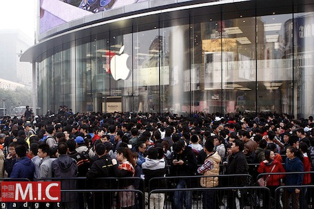 Apple Store line up. Source: F169BBS .