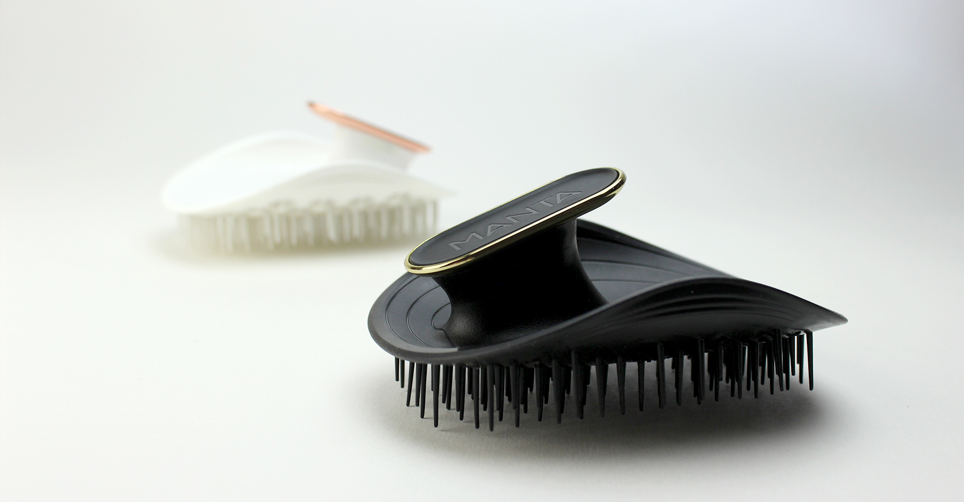 Manta - Curventa - hairbrush - black - white - brush - gold - rose gold - haircare - materials - cmf - flexible