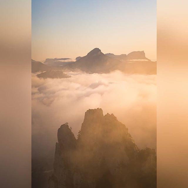 L'île volante et Godzilla dans la brume :p . . #grenoble #grenobletourism #igersgrenoble #fujifilmfr #landscapes #visitgrenoble #lyon #paris #paysage #vercors #chartreuse