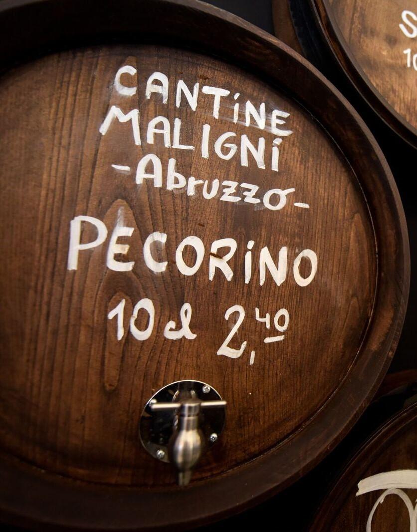 Maligni - Cantine Maligni, in Abruzzo, produce vino da da 5 generazioni, l'azienda agricola Maligni si estende su una superficie di dieci ettari di vigneti, coltivati principalmente con le varietà Montepulciano d'Abruzzo, Pecorino, Cococciola che, per la zona di produzione particolarmente vocata, si distinguono per l'ottima qualità.La cantina Maligni, è il risultato di una felice simbiosi tra tradizione ed innovazione, per questo l'Arte del loro lavoro consiste nel trasformare i preziosi doni della natura in vini eccellenti, avendo sempre un occhio di riguardo per l'ambiente e per la qualità.Anche Tripadvisor ha premiato la loro passione con un prestigioso riconoscimento, unica cantina in Abruzzo a ricevere il certificato di Eccellenza.www.maligni.it