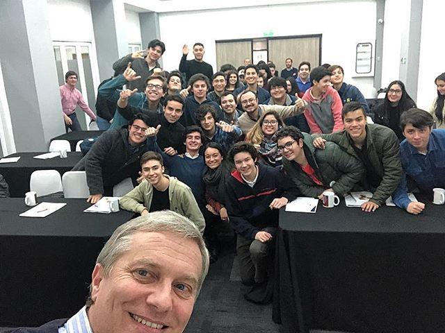 ACADEMIA REPUBLICANA🇨🇱 Tenemos otra generación de jóvenes graduados de la #AcademiaRepublicana de #Temuco !!! Felices de poder seguir formando jóvenes en torno a las ideas de la libertad, la familia, el valor de la vida y el respeto 💪  #CadaDiaSomosMás  Si quieres participar, escríbenos a @juventudararaucania !!! ✌