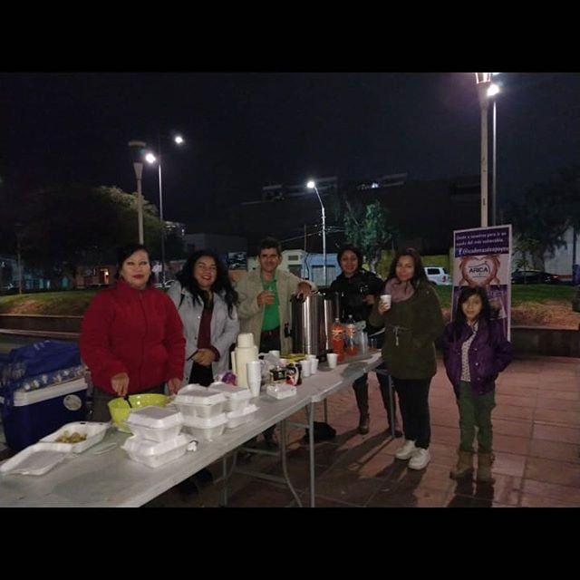 """CAMPAÑA INVIERNO ☃️ Este fin de semana, los jóvenes de #Arica estuvieron apoyando a la organización """"Cadenas de Apoyo"""", llevando una cena a personas en situación de calle. Es importante salir a terreno en ayuda de las urgencias sociales.  Si quieres participar con nosotros, escríbenos a @juventudarxv 🇨🇱💪 #AricayParinacota #CadaDíaSomosMás #CampañaInvierno"""