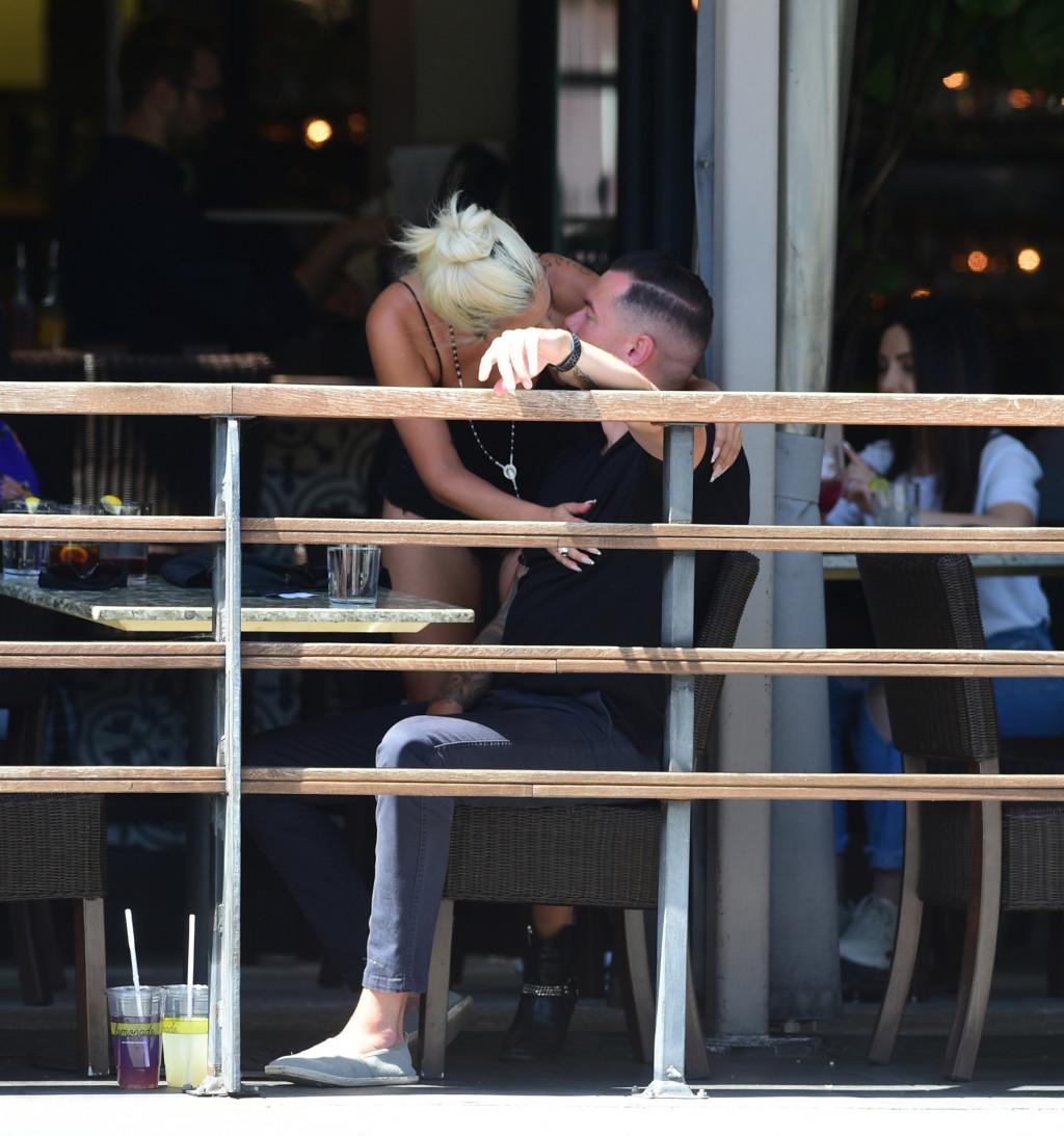 gaga kissing.jpg