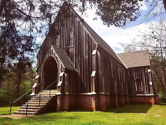 Our friend sent us this totally Carpenter Gothic church over in Cahawba, Alabama so we wanted to share it with you! Now a ghost town, Cahawba was actually the first permanent state capital of Alabama. Carpenter Gothic isn't a style you come across super often, so it's always cool when you see a great example like this with its wonderful lancet windows and board-and-batten siding.  The building is now part of the Old Cahawba Archaeological Park.  Photograph by @hannah225