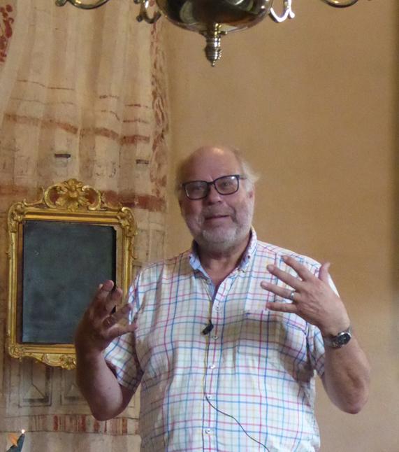 Konsthallens ordförande Göran Ritterfeldt presenterar utställlningen