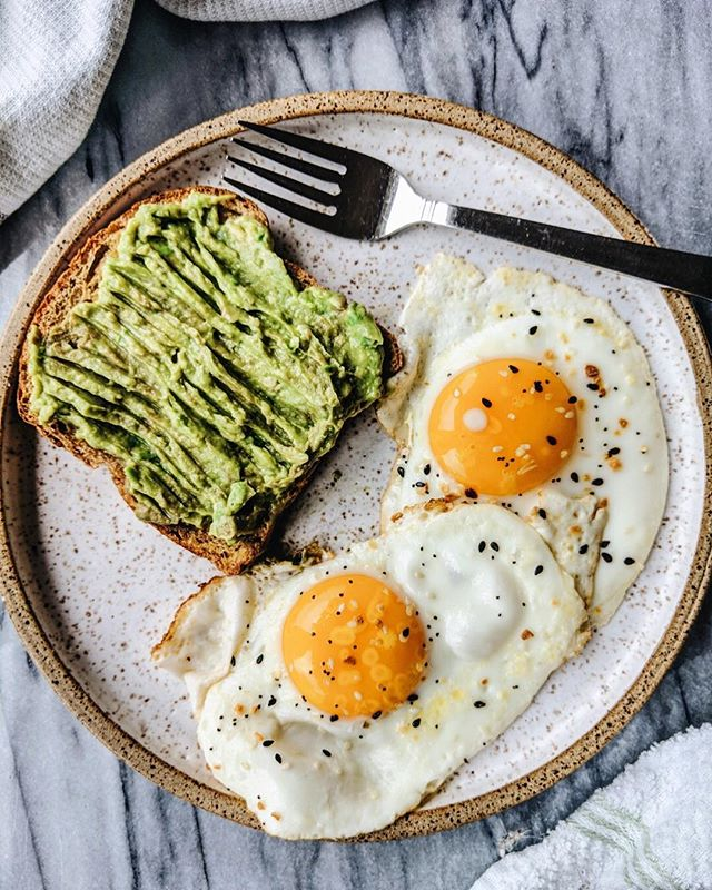 You just can't really beat the basics...avocado toast made with sprouted bread, and fried, pasture-raised eggs. Hope your week has been off to a good start! _____________________ #toasttuesday #avocadotoast #friedeggs #healthybreakfast