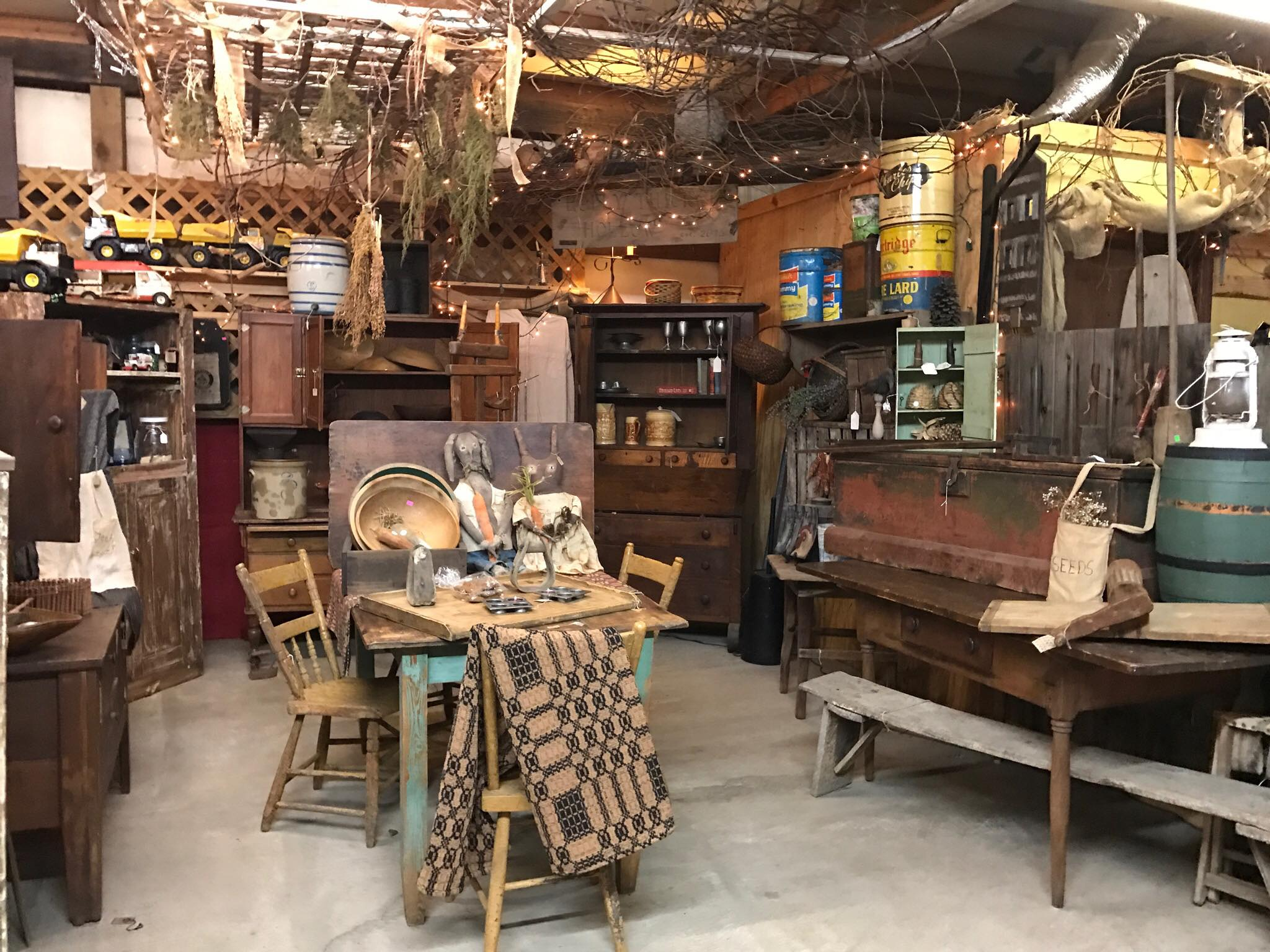 Gwen's Country Attic - Letcher CountyGwen's Country Attic has a variety of antiques, collectibles and primitive decor for your home from several local vendors.