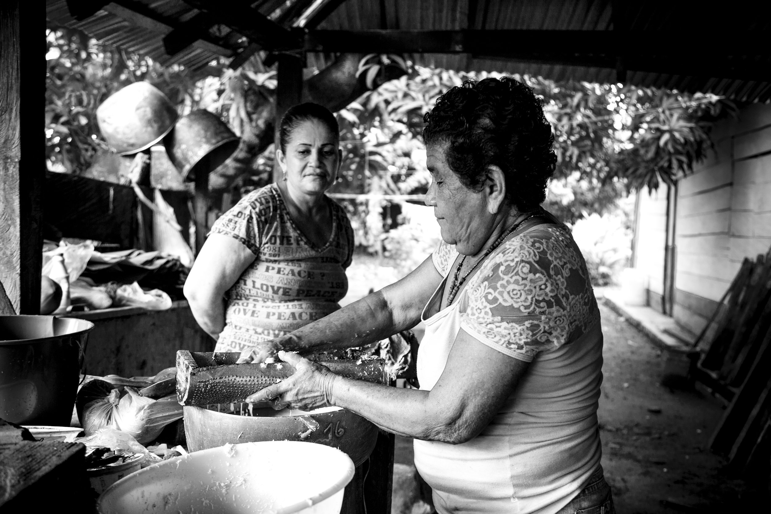 Liliana Merizalde Land in peace Apartadó 30 doña Edita cocinando bn.jpg