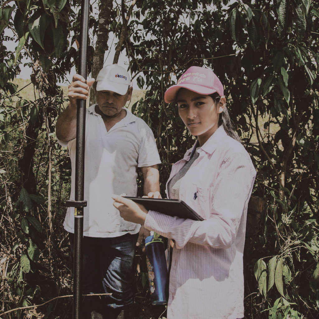 Ingrid Villamil   17-years old Ingrid, waitress at the local restaurant in Vistahermosa, became a grassroots surveyor within a day. She is helping now the farmers in her municipality with the registering of their land.