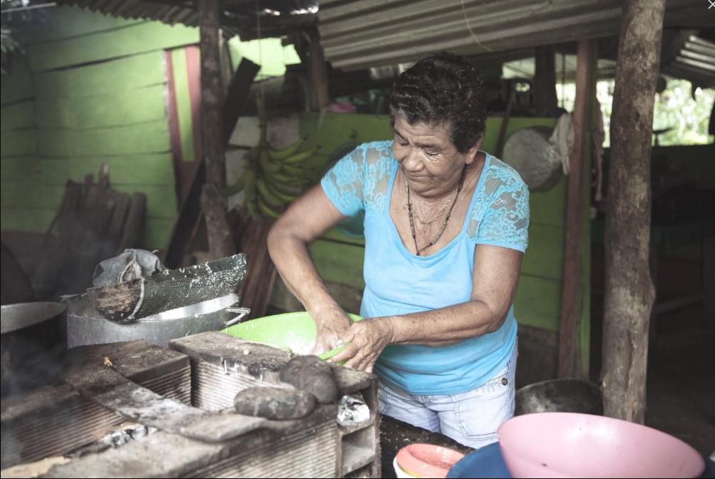 """Doña Edita Socorro Gonzalez   """"Un título de propiedad me da la oportunidad de tener una casa digna."""""""