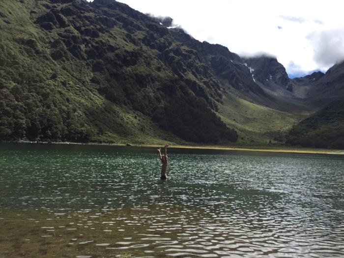 標高1000mを超える場所にあるLake Mackenzieは圧倒的な美しさ。氷河が見えるようなとこにあるから冷たいかと思いきや、意外にそうでもなかったので   久々に水風呂気分で(気合で)はしゃぐマット。