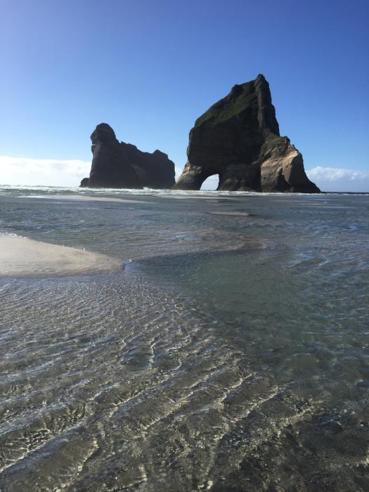 南島の最北端、Farewell Spitの西側にあるPakawau beach。干潮時にこんな場所を歩ける。