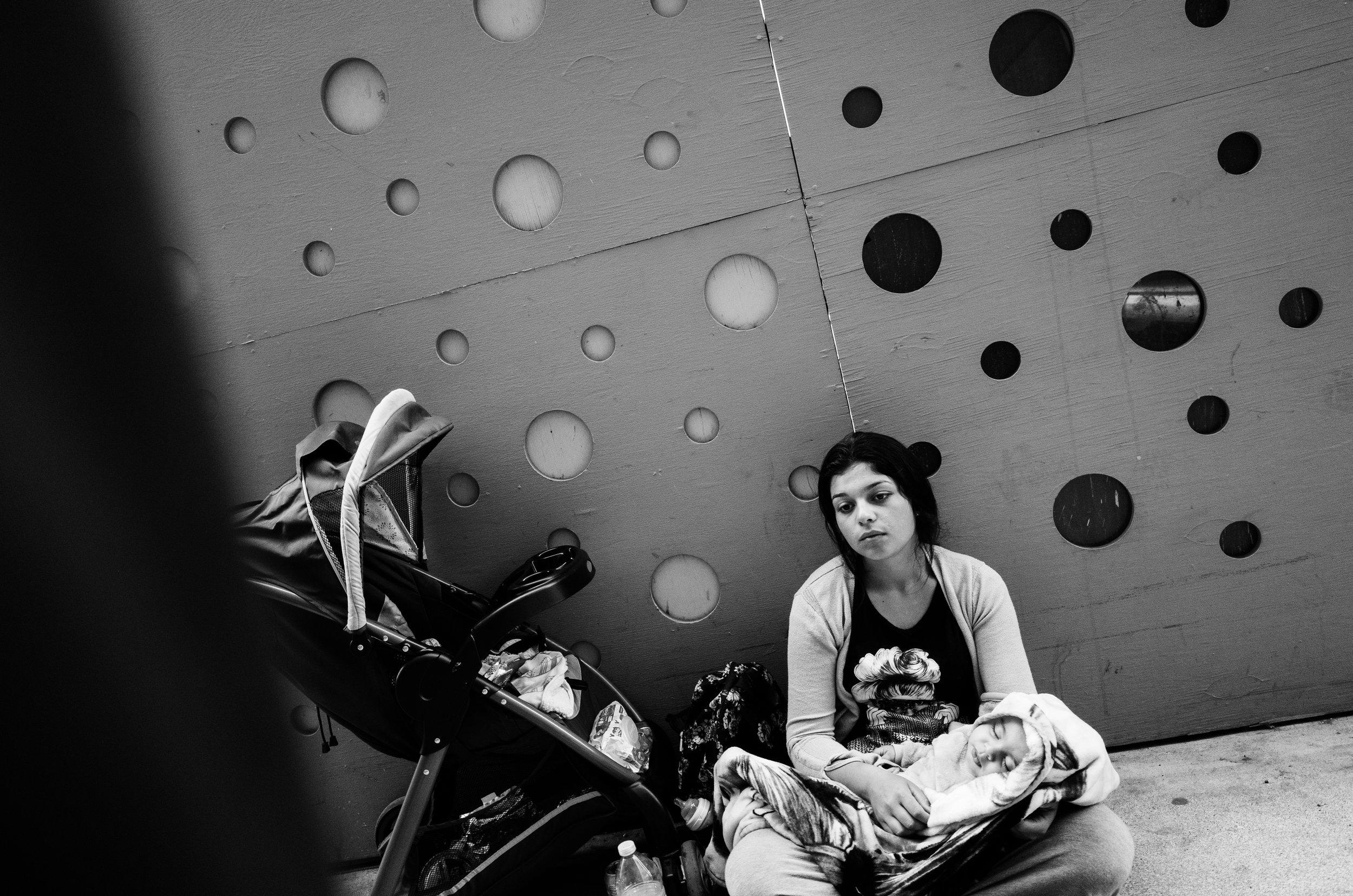 路上遇到的Homeless People,抱者小孩應該是幸福的但她的神情卻很憂傷