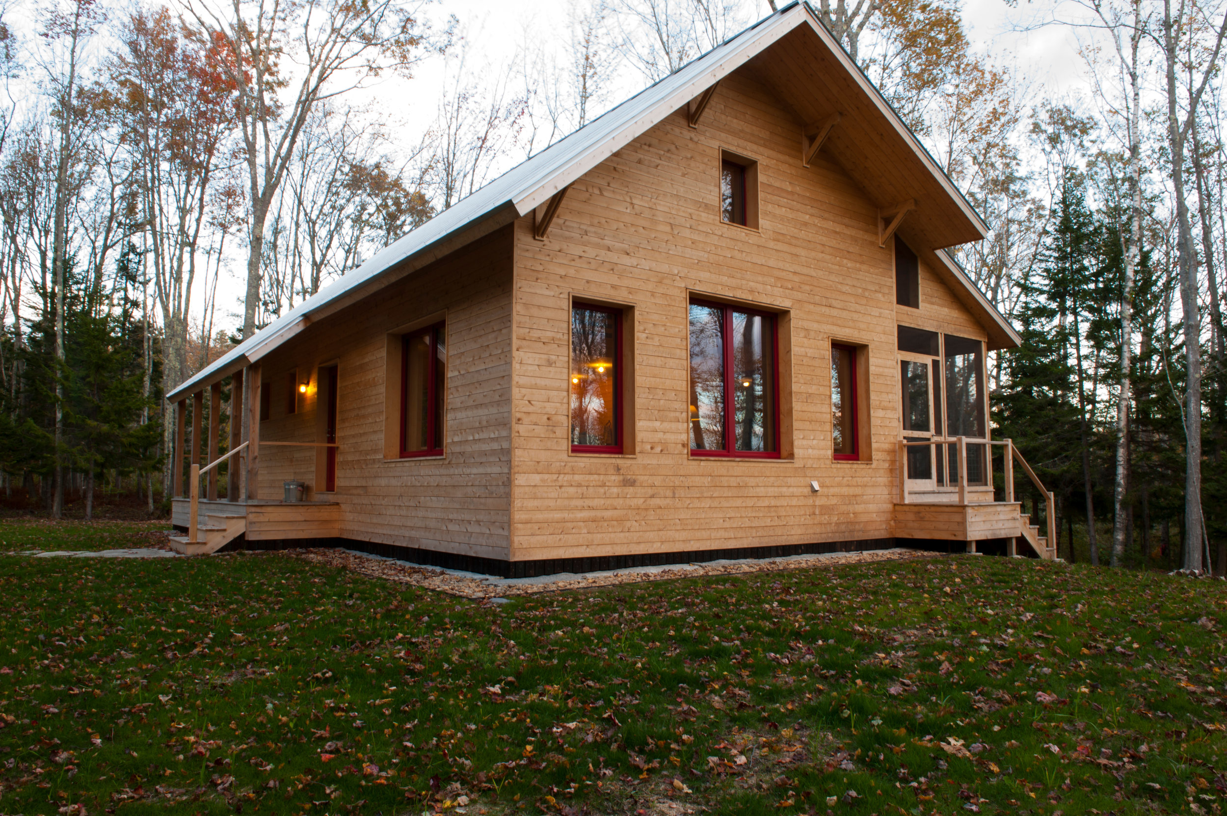 Designed by George Penniman Architects and constructed of highly insulated, pre-fabricated panels by Ecocor, this Harpswell cabin has an estimated $400 annual cost for heat and electricity. Photo: ncob photo