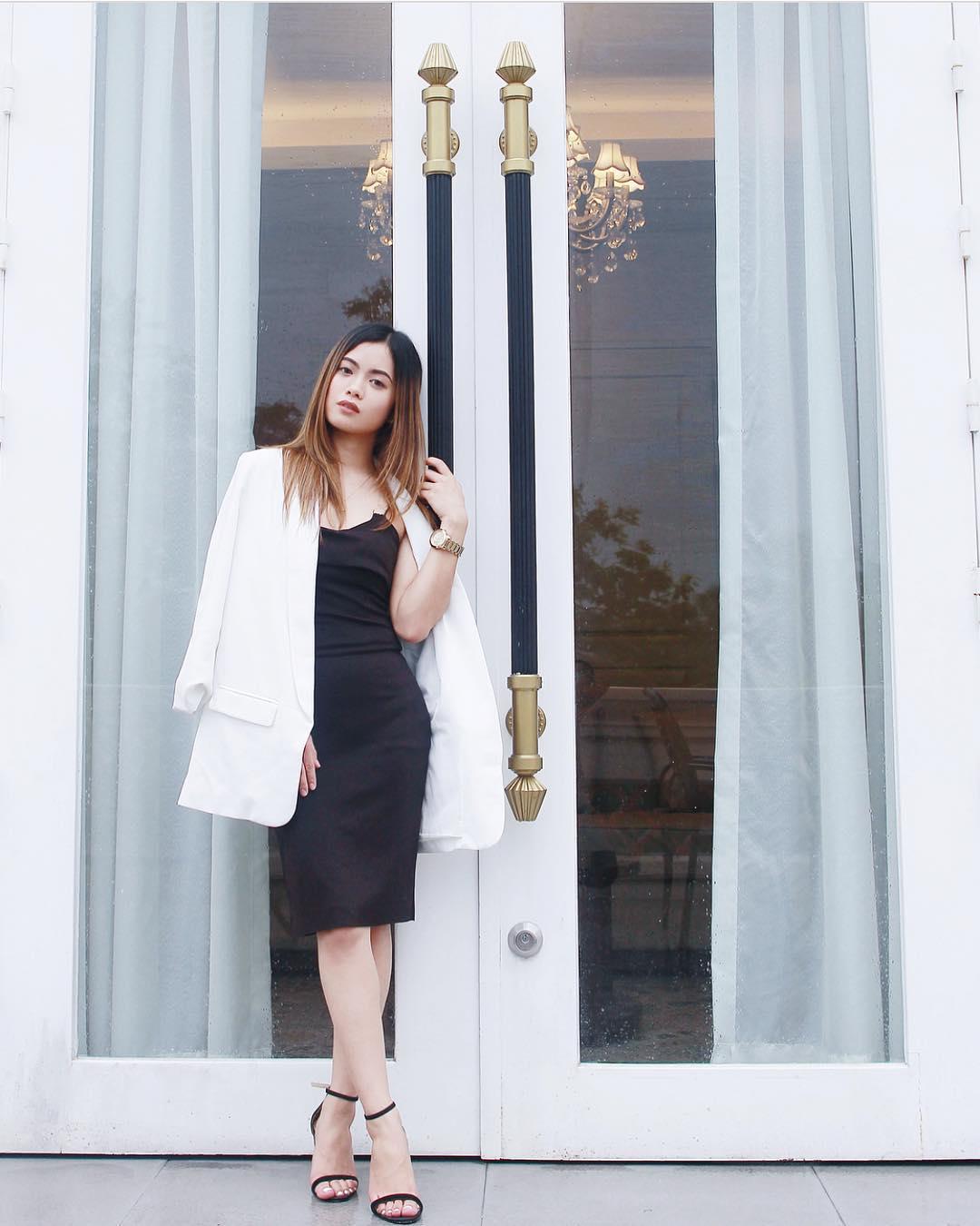 @joanne_marasigan wears The Cloé in black