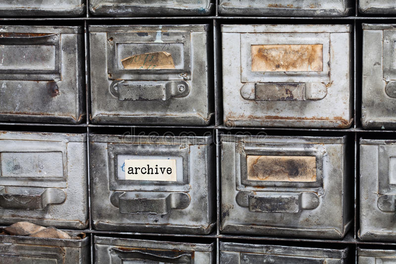 archief-uitstekende-doos-gesloten-metaalopslag-archiefkastbinnenland-oude-zilveren-metaalvakjes-met-systeemkaarten-bibliotheek-79732823.jpg