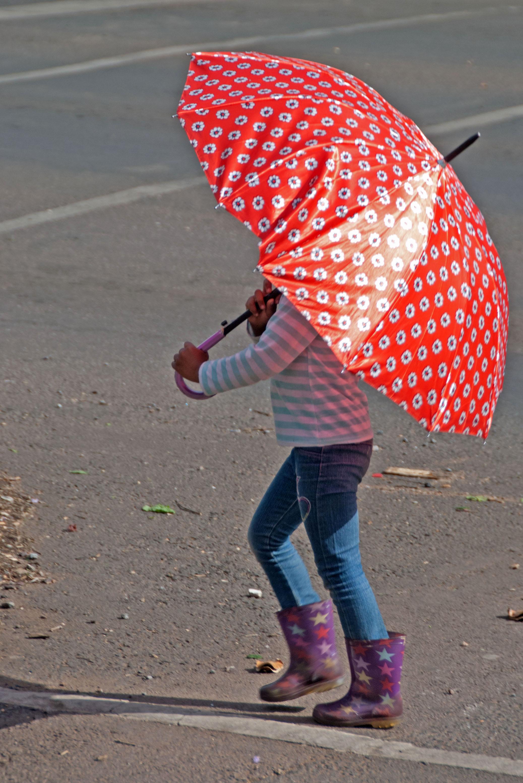 Paraplu met beentjes kleur.jpg