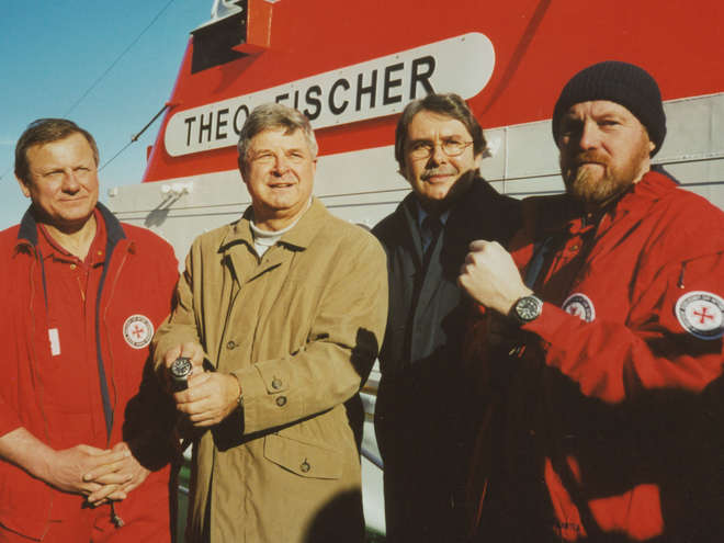 On 15th February 2002, the first S.A.R. Rescue-Timers were presented to the captains Erwin Borchardt and Lutz Griesberg .