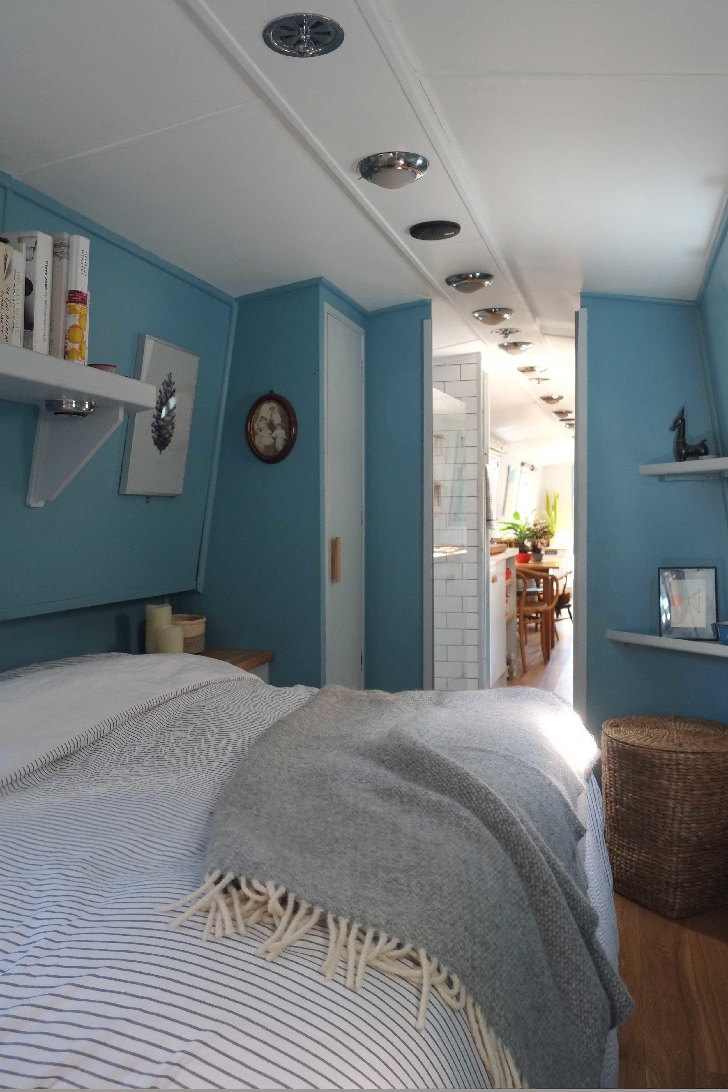 lunarlunar_interior_design_canal_boat_small_space_bedroom.jpg