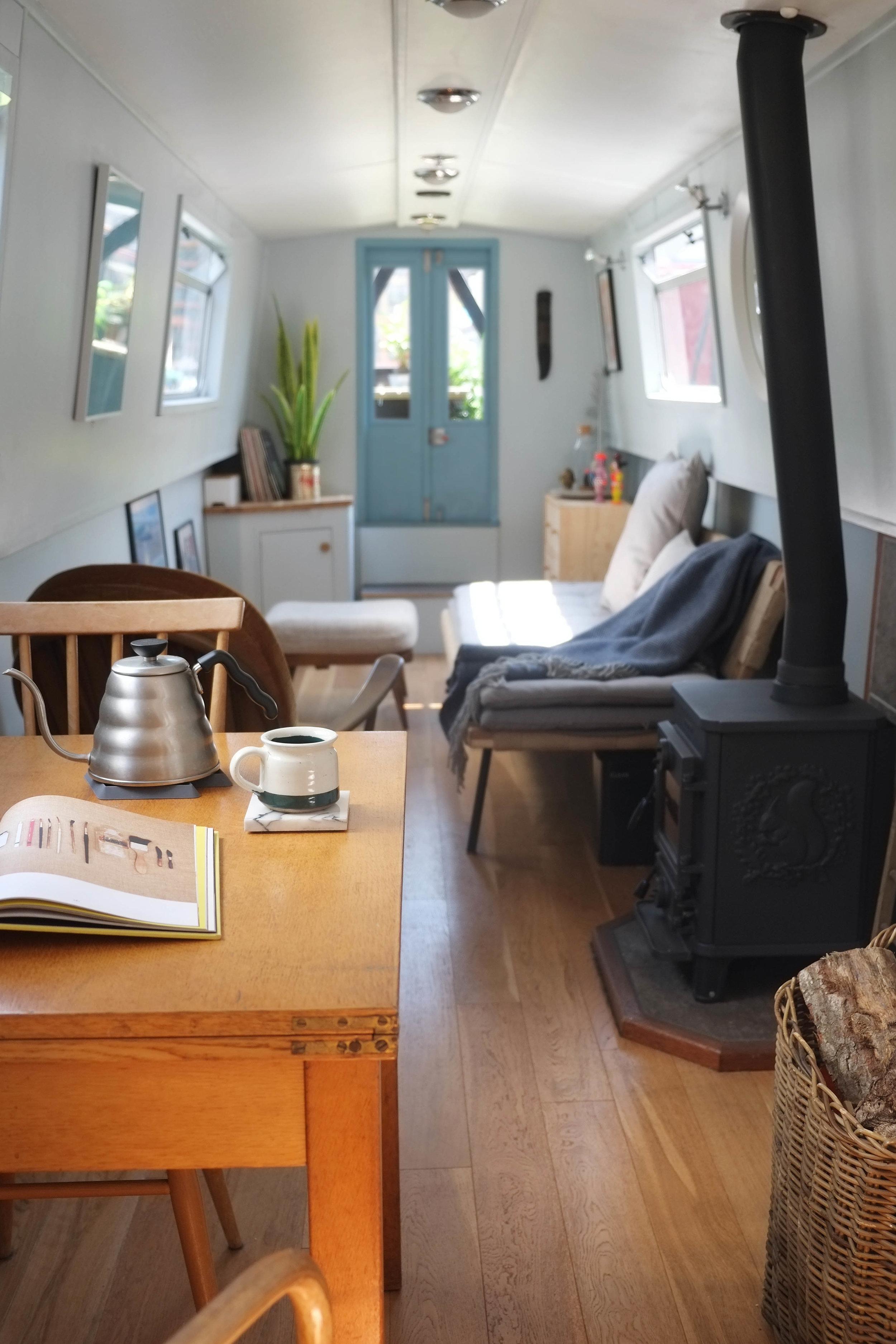 lunarlunar_interior_design_canal_boat_small_space_lounge_breakfast.jpg