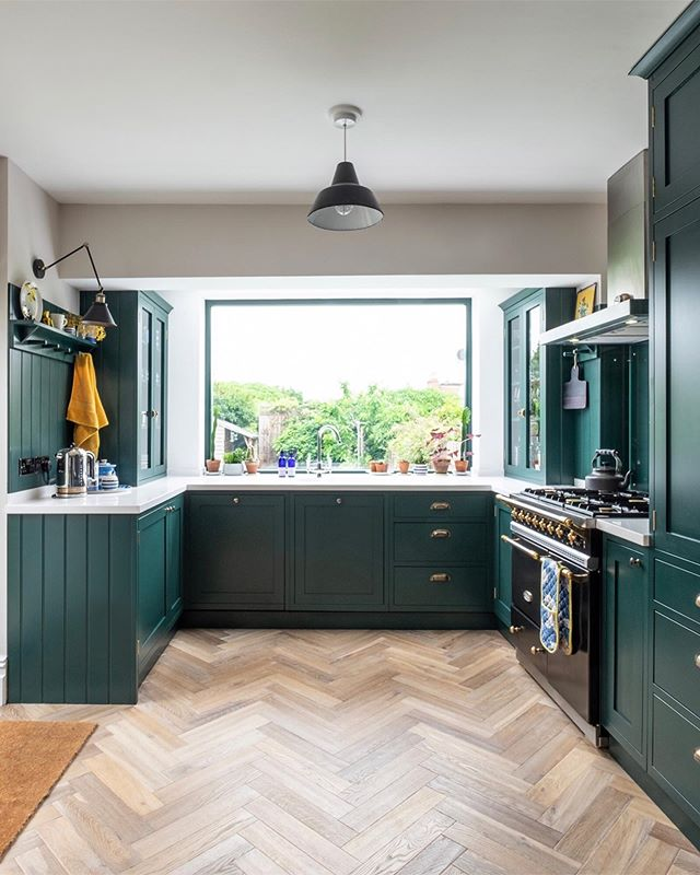 Anyone having problems on IG too yesterday? Well anyway that gave me a night off doing some actual reading so maybe not such a bad thing after all 😂 anyway next tour on @apartmenttherapy, this one by the very lovely Rhiannon at @blossomandbrush - ahhhhhh the green in her kitchen, the parquet floor, and the picture window! I'd happily get rid of the dishwasher and do the dishes by hand with a view like that💚 (link in bio)