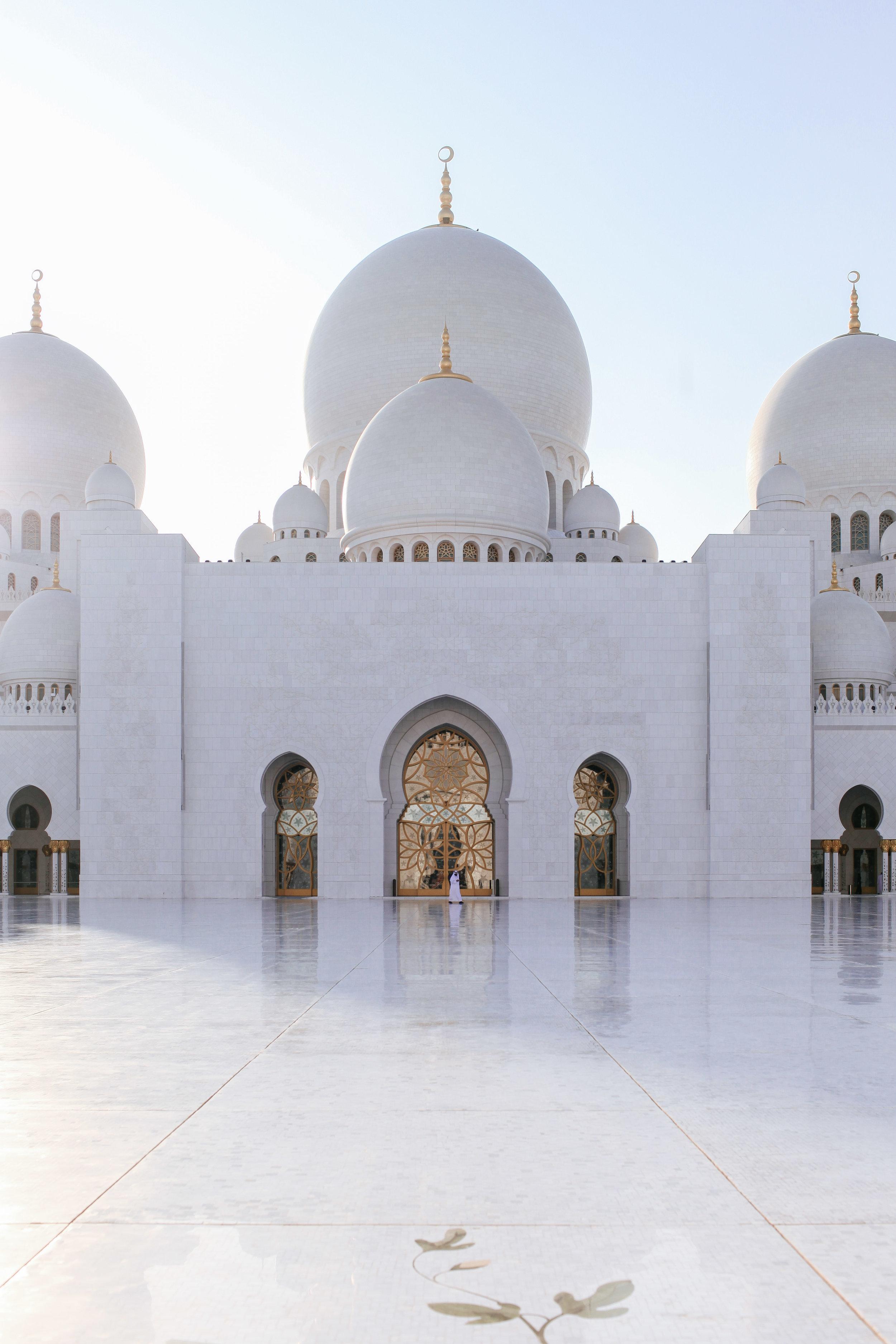 Weisser kalter Marmor im Morgenlicht vor der Moschee.Der Zauber des Orients.