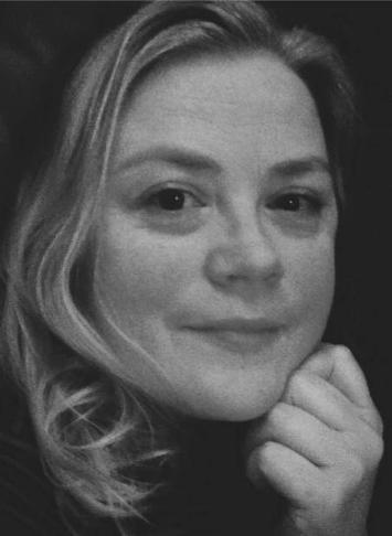 """Thea Marie Sanne  (T. M. Sperre)  Instagram:   @tegnforlag  Forfatteren av novellene «Lypsyl» og «Eplet» er født i 1971. Opprinnelig fra Ellingsøy utenfor Ålesund, men bosatt i Bergen siden 1991. Der bor hun sammen med to barn og to katter. Sanne er utdannet innenfor blant annet kulturvern, kulturformidling og digital kultur ved Universitetet i Bergen. Hun utgav i 2017 sin første bok, heftet «Skattejakt», en guide for dem som elsker bruktfunn. Sanne deler sin poesi med egne fotografier som bakgrunn på Instagram. Diktsamlingen hennes «Tankestrek» kom høsten 2018, og flere bøker kommer i 2019.  Les begynnelsen på novellene """"Lypsyl"""" og """"Eplet""""."""