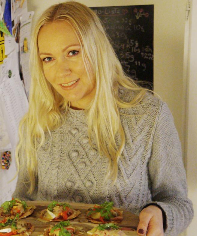 """Katrine Stenhjem debuterer med kokeboken """"Spis og spar - enkle og sunne retter for alle"""" høsten 2019. Hun er kjent fra en av norges mest leste matblogger  https://spisogspar.blogg.no/  hvor hun raust deler både ukesmenyer og mange andre oppskrifter. Katrine er spesielt opptatt av at maten skal være smakfull, sunn og billig. Hun bor i Bergen sammen med mann og to barn. Hennes mann er opprinnelig fra Sicilia og har jobbet på restauranter i  både Italia og i Norge. Katrine er utdannet vernepleier og har også tatt kurs innenfor ernæring.  Instagram: @katrinestenhjem"""