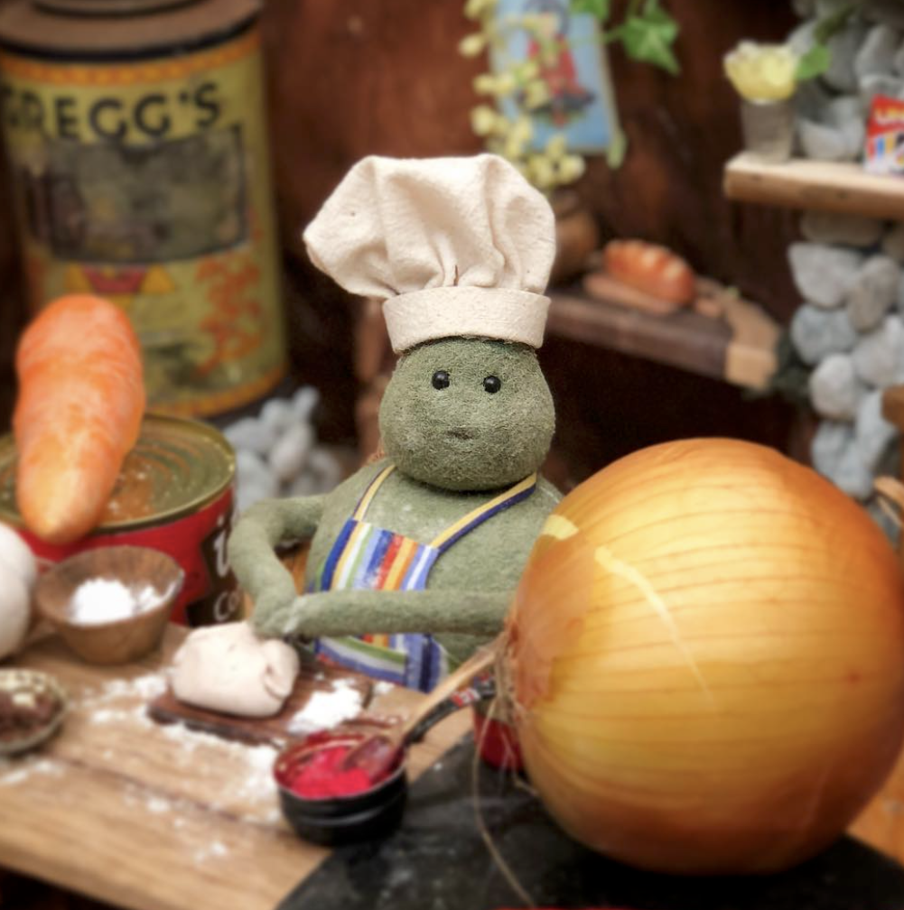 TINY CHEF WITH ONION.png